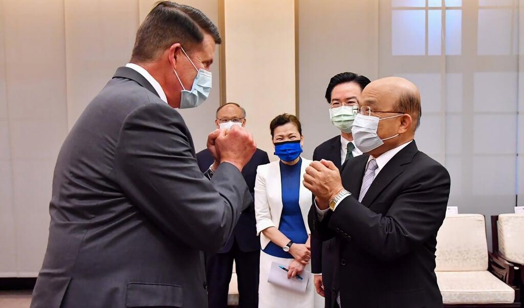 <p>Een Amerikaanse bewindsman, Keith Krach (links), wekte deze week de woede van China, toen hij op bezoek ging in Taiwan bij premier Su Tseng-chang (rechts).</p>  (beeld afp / Taiwan Executive Yuan)