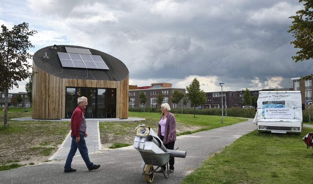 De Tiny Church in Almere Poort biedt normaal plaats aan vijftig mensen, nu door corona maar aan zeventien.  (beeld Dick Vos)