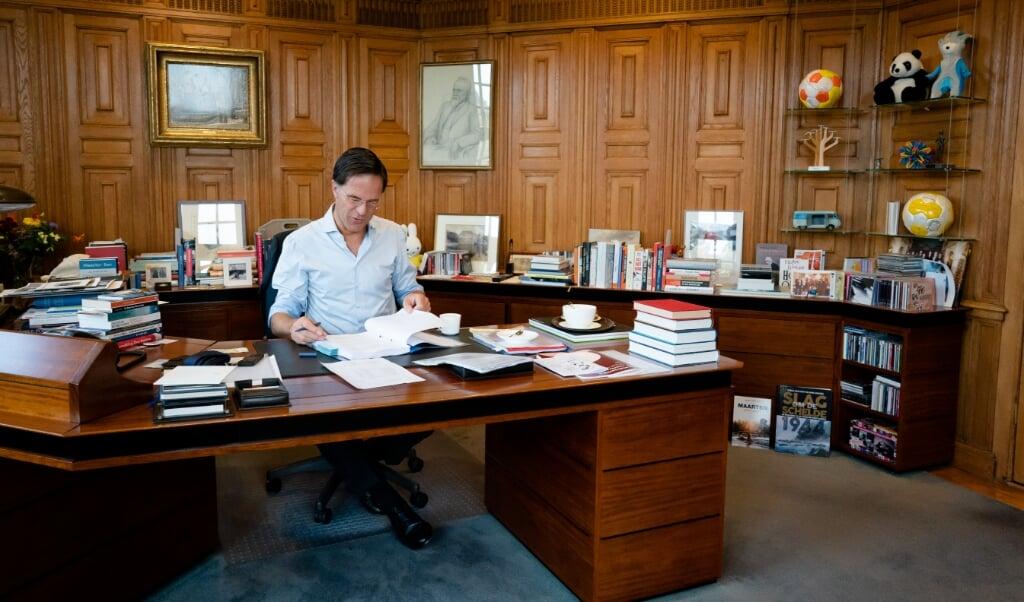 <p>Premier Mark Rutte in het Torentje voorafgaand aan de tweede dag van de Algemene Politieke Beschouwingen, het debat na de troonrede op Prinsjesdag.</p>  (beeld anp / Bart Maat)