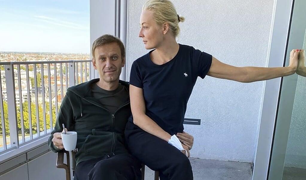 Alexei Navalny en zijn vrouw Yulia Navalnaya in het ziekenhuis in Berlijn.  (beeld afp)