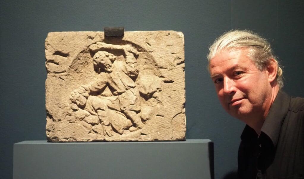 René de Kam bij het reliëf van Kaïn en Abel.  (beeld nd)