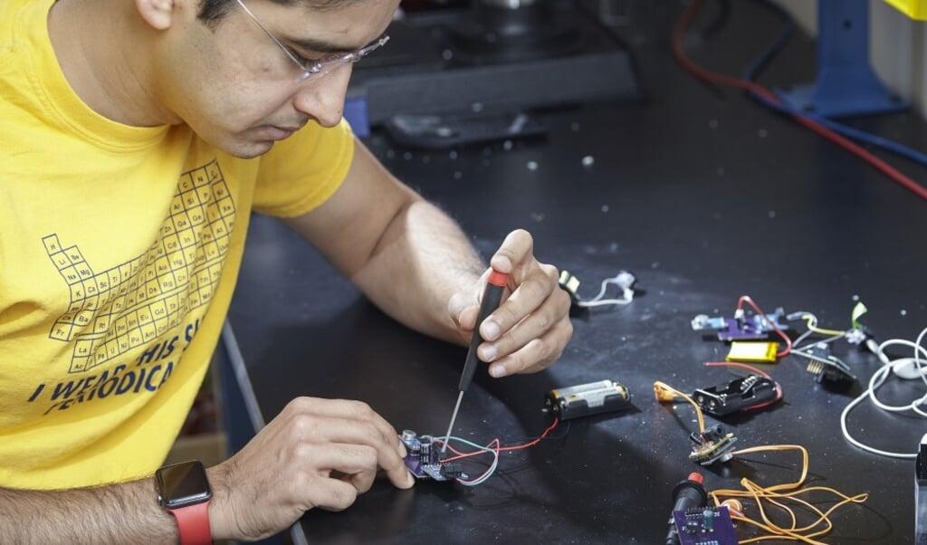 Een onderzoeker van Georgia Tech werkt aan een prototype van de LoCHAid.  (beeld Craig Bromley )