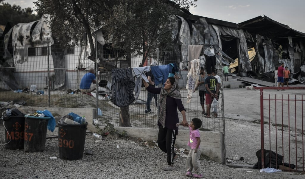 Een klein deel van de gevluchte families keerde terug naar Moria - omdat ze nergens anders heen kunnen. Volgens Stichting We Gaan Ze Halen willen de meeste vluchtelingen niet meer terug naar een heropgebouwd kamp.&nbsp;<p><br></p>  (beeld afp / Louisa Gouliamaki)
