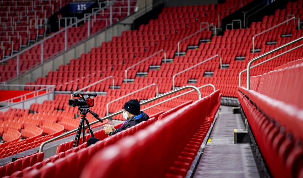 Door het ontbreken van joelende supporters kan het voorkomen dat scheidsrechters coulanter zijn.  (beeld anp / anp / Robin van Lonkhuijsen)