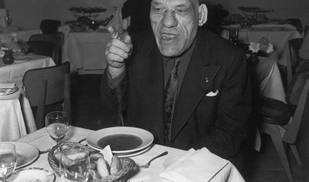 Maurice Tillet geniet op luchthaven Schiphol van lekkere broodjes en een goed bord soep.  (beeld nd)