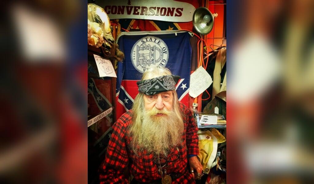 De 89-jarige Dent Myers, eigenaar van een winkel met racistische prullaria in Kennesaw, de woonplaats van Boyland.  (beeld Joost de Vries)