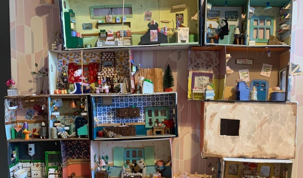 Trots toont Marcel Steeman via Twitter de creaties van zijn kinderen; zelf gemaakte kamers uit een muizenhuis.  (beeld Marcel Steeman)