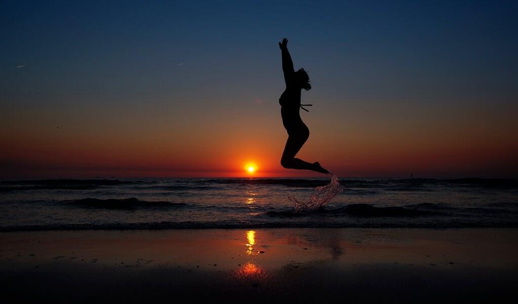 Een eerbiedige groet aan de zon bij yoga is een eerbetoon aan hun god.  (beeld anp / Jerry Lampen)