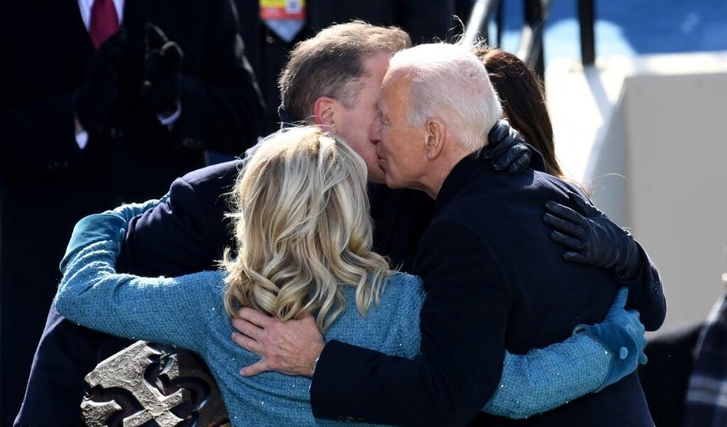 President Joe Biden omhelst zijn vrouw Jill en zijn zoon Hunter na te zijn beëdigd als 46e president van de VS.  (beeld afp / Olivier Douliery)