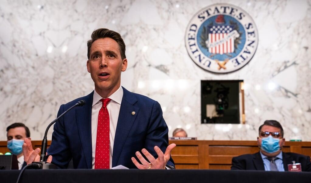 Senator Josh Hawley spreekt in oktober op Capitol Hill in Washington, DC. Toen was hij nog een grote speler. Nu is hij een outcast.  (beeld epa / Demetrius Freeman)