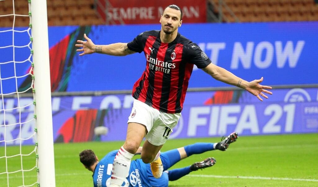 Zlatan Ibrahimovic viert een doelpunt.  (beeld epa / Matteo Bazzi)