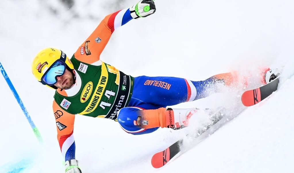 In het Italiaanse Santa Catarina Vulfurva haalde Maarten Meiners als allereerste Nederlandse skiër World Cup-punten op het onderdeel reuzenslalom.  (beeld afp / Marco Bertorello)