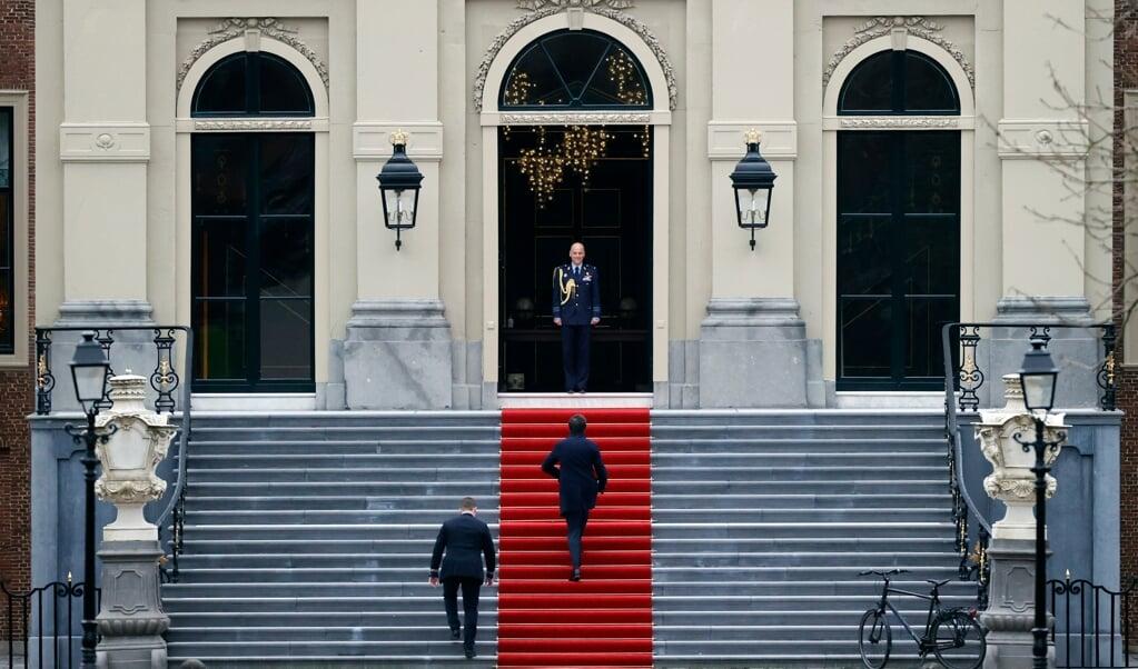 Premier Mark Rutte praatte vrijdagmiddag op Paleis Huis ten Bosch de koning bij over de kabinetsval.  (beeld anp / Sem van der Wal)