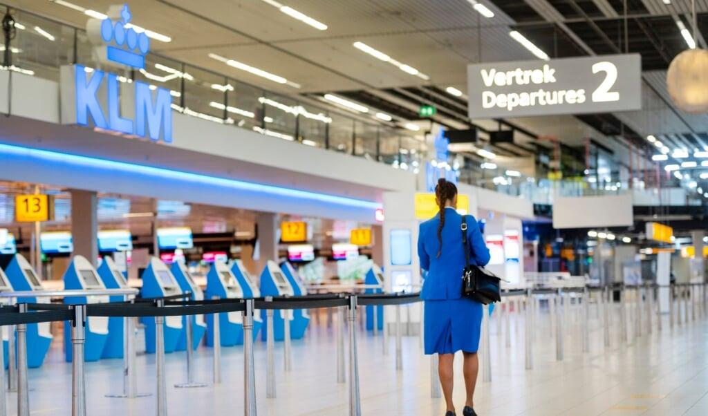 Een KLM-stewardess op Schiphol. Bij KLM verdwijnen nog eens achthonderd tot duizend banen als gevolg van de coronacrisis.  (beeld anp / Evert Elzinga)