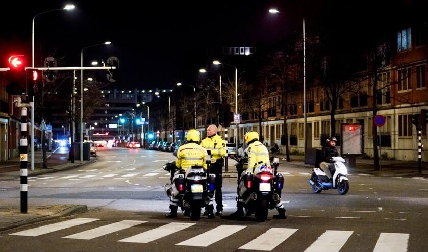 Haagse jongerenwerkers trekken met politie op. 'Voor jongeren in de wijk zijn rellen pure sensatie'