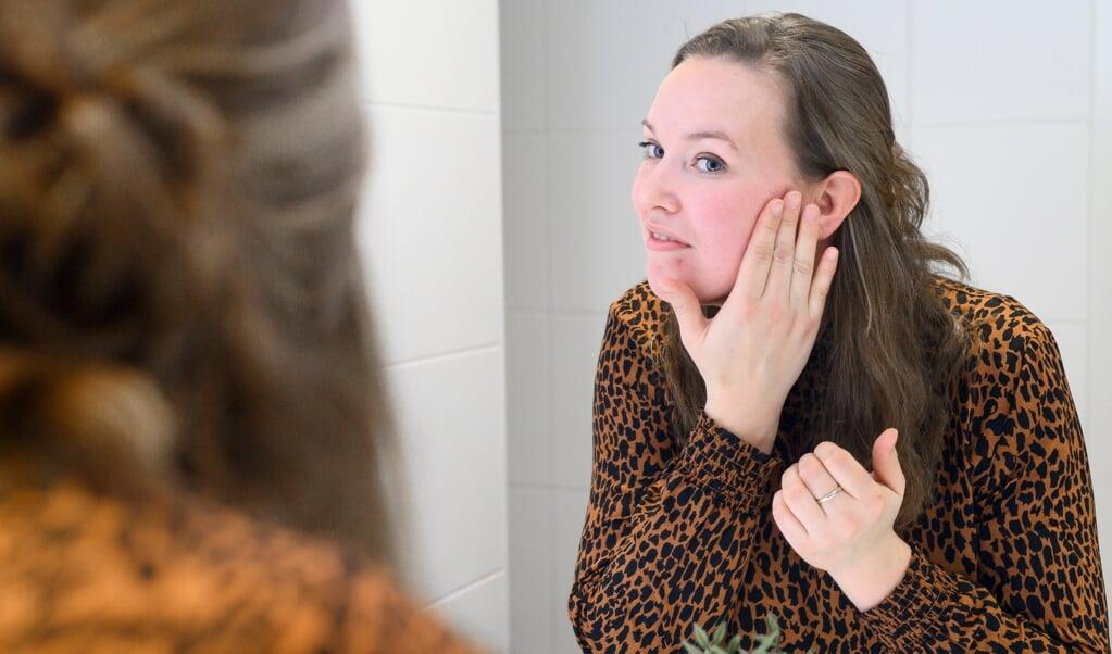 Suzan Cruiming gebruikt etherische olie in haar eigengemaakte dagcrème. 'Het aanbrengen van de crème helpt mij om stil te staan bij mezelf.'    (beeld Duncan Wijting)