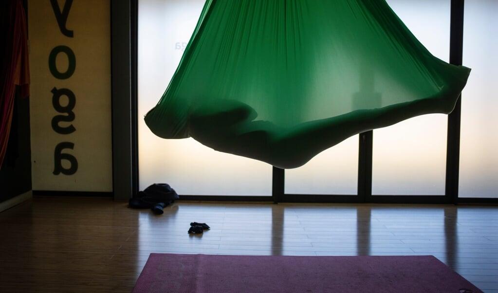Een yogaoefening in een studio in Johannesburg, Zuid-Afrika.  (beeld epa / Kim Ludbrook)
