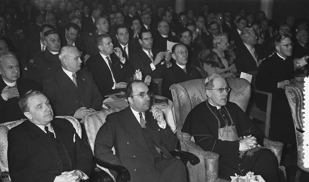 Aartsbisschop Alfrink (r.) bij de viering van het tienjarig bestaan van de KVP in 1956.  (beeld nationaal archief)