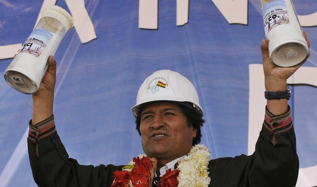 President Evo Morales toont tijdens een bezoek in 2019 trots het eerst voorraadje gewonnen lithium-carbonaat.  (beeld afp / Aizar Raldes)