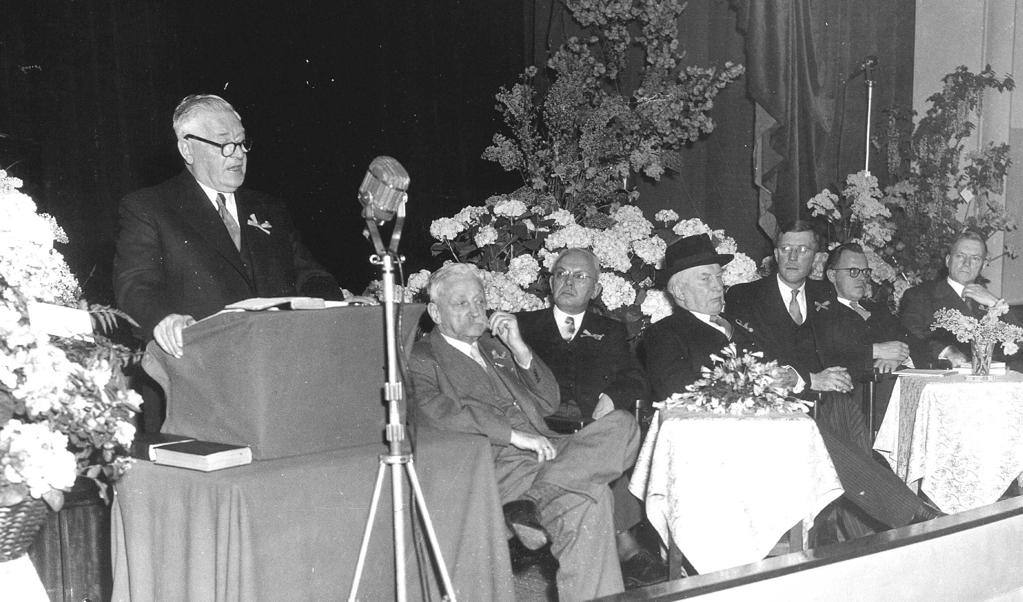ARP-leider Jan Schouten spreekt bij het 75-jarig bestaan van de partij in 1954.  (beeld anp)