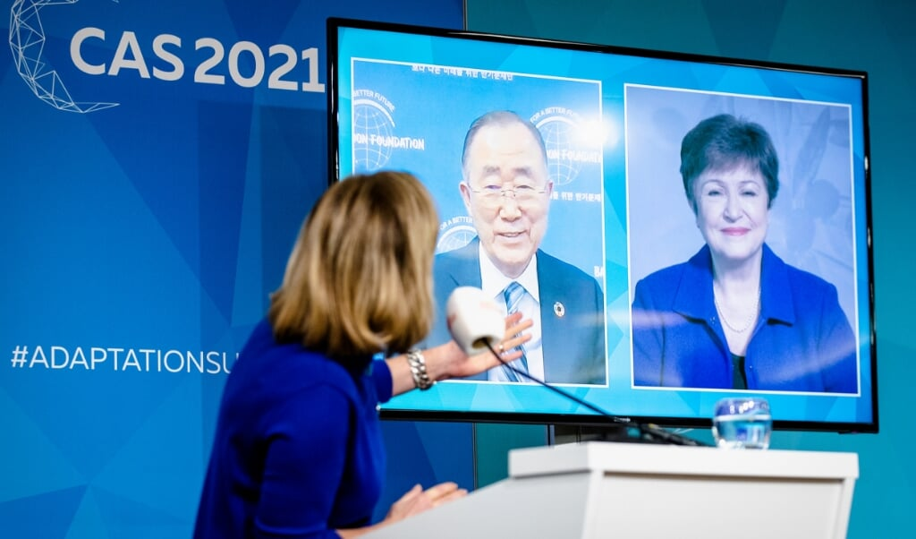 Cora van Nieuwenhuizen, demissionair minister van Infrastructuur en Waterstaat, spreekt Ban Ki-moon, secretaris-generaal van de VN, en IMF-directeur Kristalina Georgieva toe tijdens de online Climate Adaptation Summit (CAS).  (beeld anp / Sem van der Wal)