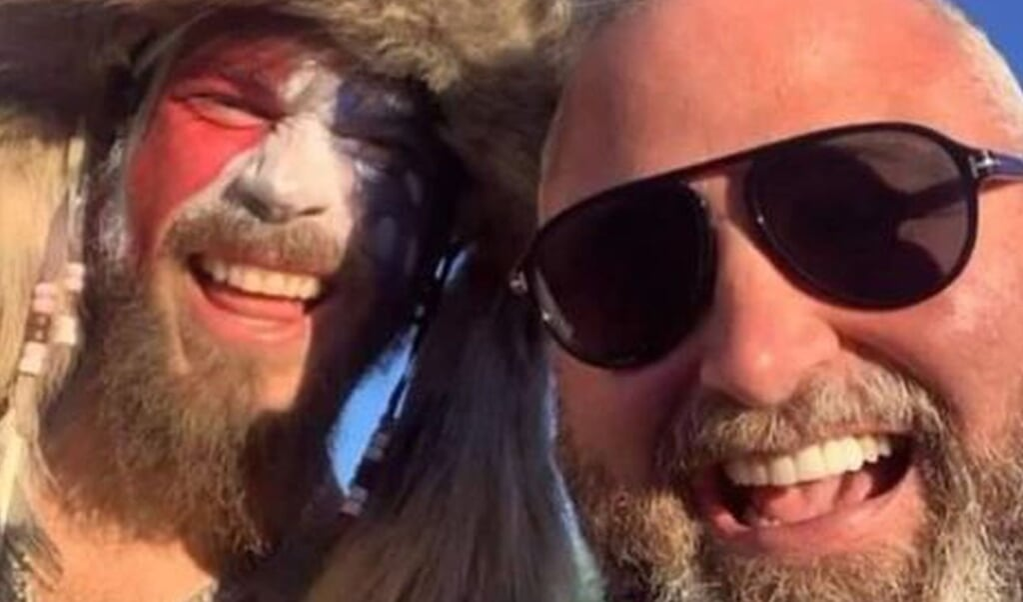 Dominee Brian Gibson neemt een selfie met de inmiddels gearresteerde Capitoolviking Jake Angeli.  (beeld Brian Gibson)
