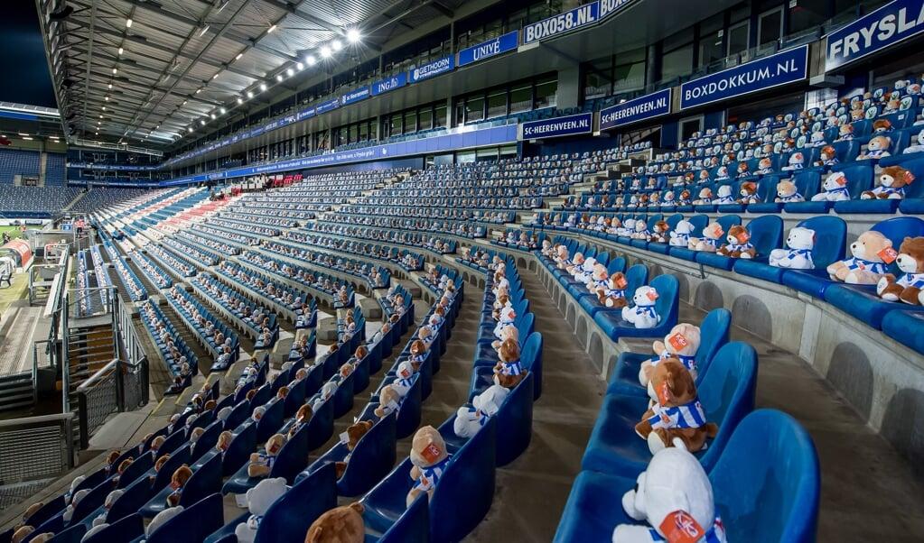 Vijftienduizend knuffelberen met voetbalshirt op de tribunes van het Abe Lenstra Stadion bij het duel tussen sc Heerenveen en FC Emmen.  (beeld anp / Cor Lasker)