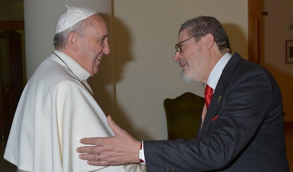 Paus Franciscus met zijn, afgelopen zaterdag overleden, lijfarts Fabrizio Soccorsi.  (beeld Epa / Osservatore Romano)