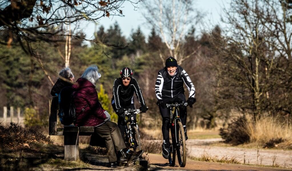 Wandelaars en mountainbikers: bondgenoten of concurrenten in het bos? 'In Nederland moeten we het nu eenmaal doen met weinig bos en veel inwoners.'  (beeld anp / Rob Engelaar)