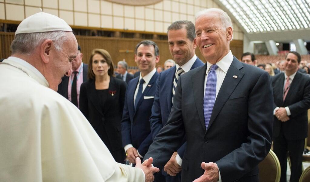 Ontmoeting tussen Joe Biden en paus Franciscus in het kader van een conferentie over gezondheidszorg in het Vaticaan in 2016.  (beeld afp / Osservatore Romano)