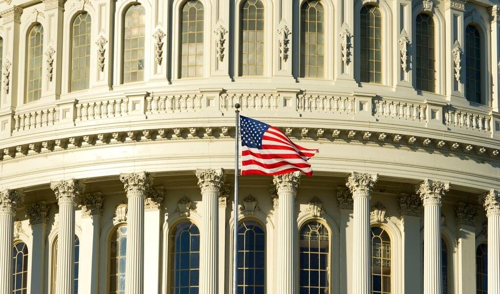 Ook op Capitol Hill waait de vlag van de hoop.  (beeld anp / Valerie Kuypers)