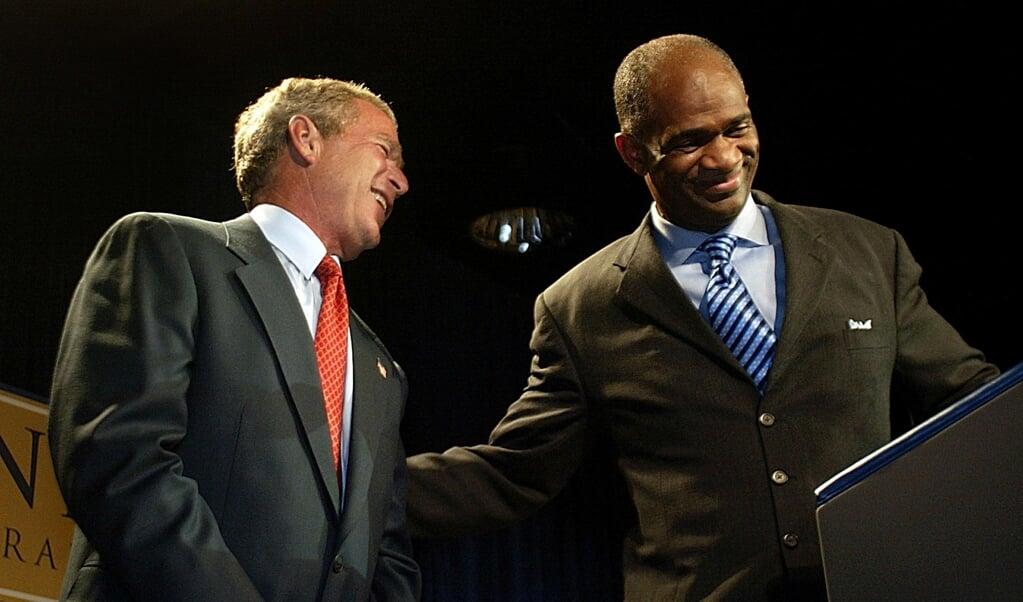 Dominee Kirbyjon Caldwell (rechts) met toenmalig president George W. Bush in 2003.  (beeld afp / Stephen Jaffe)