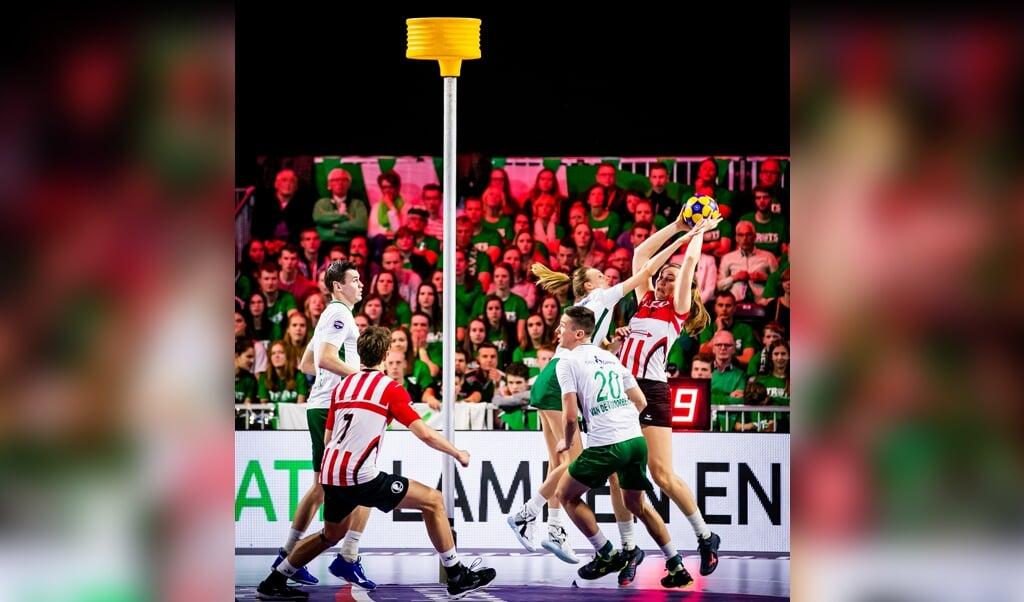 PKC (groen-wit) in duel met Fortuna tijdens de finale van de Nederlandse korfbalcompetitie, de Korfbal League, in de Ziggo Dome in april 2019.  (beeld anp / Remko de Waal)