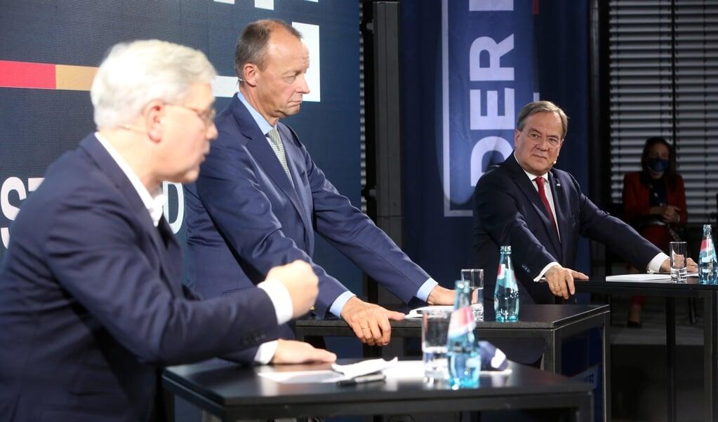 Norbert Röttgen, Friedrich Merz en Armin Laschet debatteren met elkaar in aanloop naar het partijcongres van de CDU.  (beeld epa / Adam Berry)
