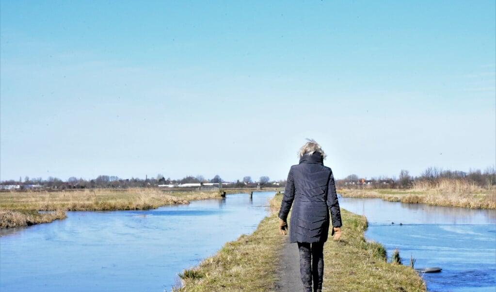 'Mensen moeten even de bordjes lezen die bij de ingang van de natuurgebieden staan', zegt Joke Bijl.  (beeld Theo Haerkens)
