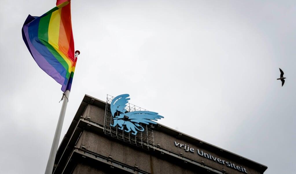 De Vrije Universiteit Amsterdam neemt afstand van de Nashville-verklaring, die medeondertekend is door vier medewerkers van de VU. Als statement heeft de universiteit voor het hoofdgebouw de regenboogvlag gehesen. (beeld anp / Robin van Lonkhuijsen)