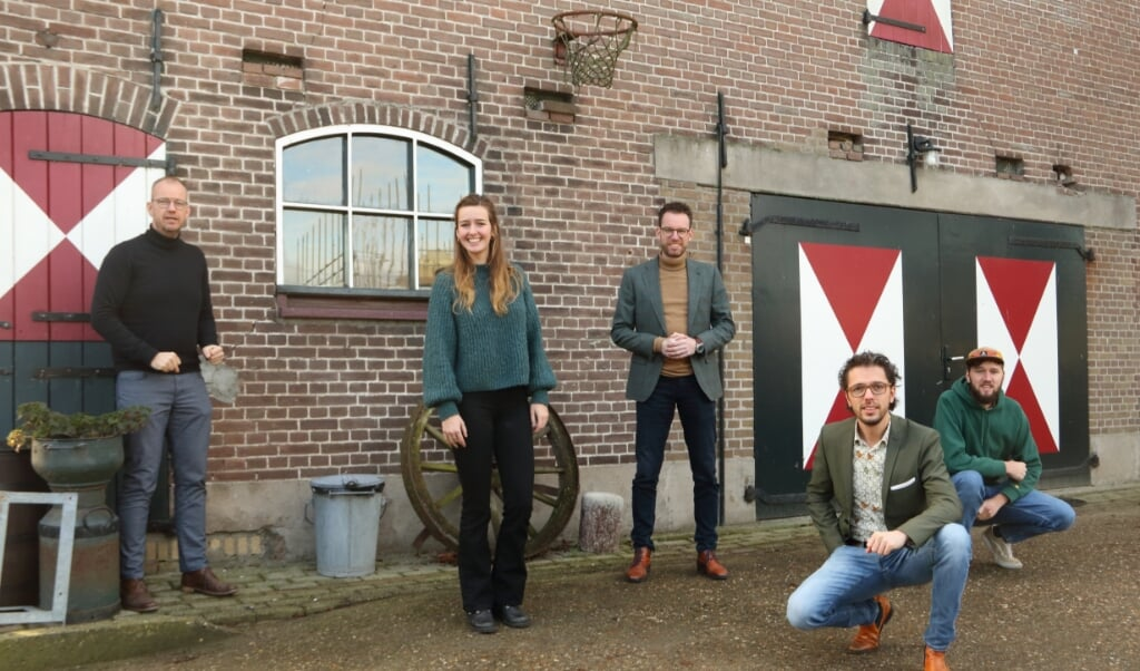 Het KerkKlets-team op zondag 10 januari bij de boerderij, waar de studio zich bevindt. Met van links naar rechts Zeger Brinkman, Hilde Keesmaat, Ronald Kornet, André Visser en Florent Hofman.  (beeld Wim van Heteren)