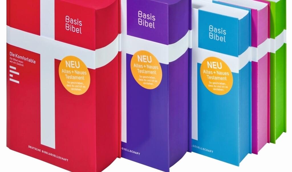 De papieren Basisbibel verschijnt met een omslag in felle kleuren.  (beeld deutsche bibelgesellschaft)