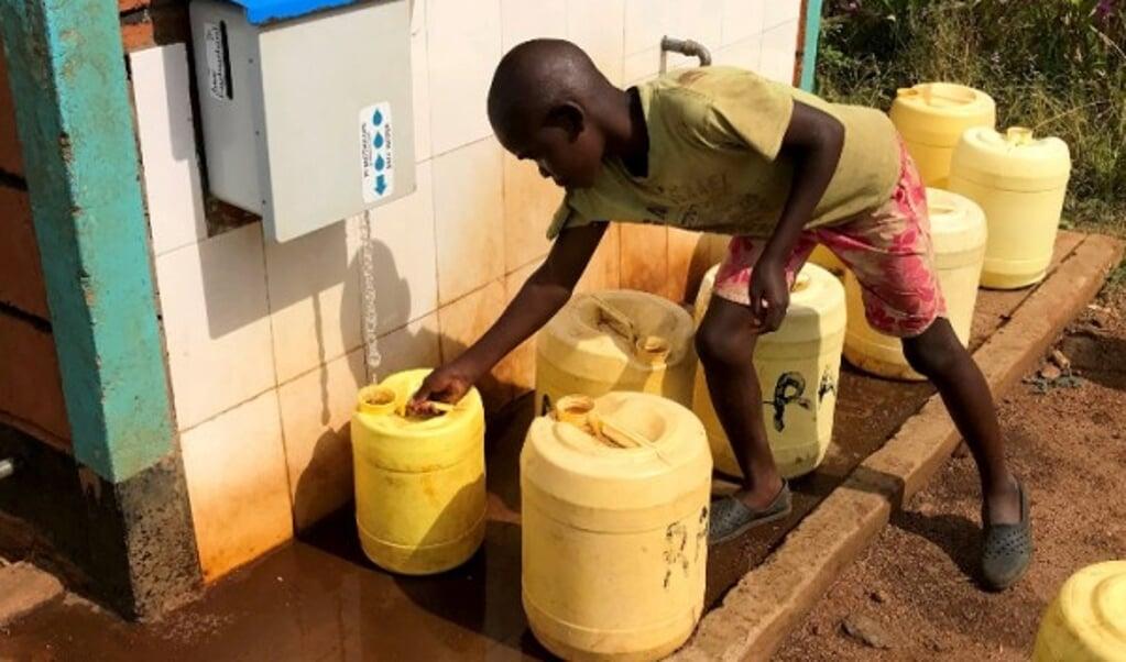 'Waterkiosk' in Kenia, met het systeem dat automatisch chloor toevoegt.  (beeld Amy Pickering)