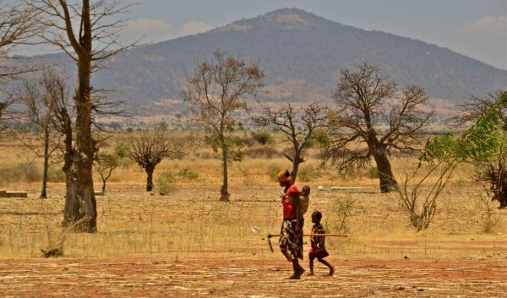 Een boer met kind in Dodoma, Tanzania.   (beeld C. Shubert )