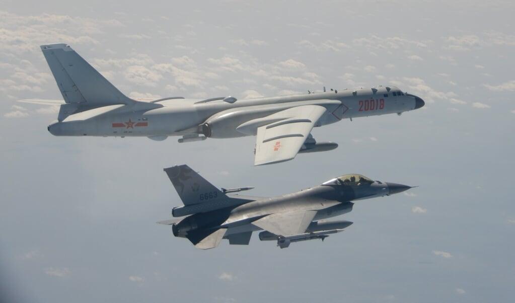 Een Chinese H6-bommenwerper wordt onderschept door een Taiwanese F-16 boven het Bashi-zeekanaal langs de zuidkust van Taiwan.  (beeld epa / taiwanese ministerie van defensie)