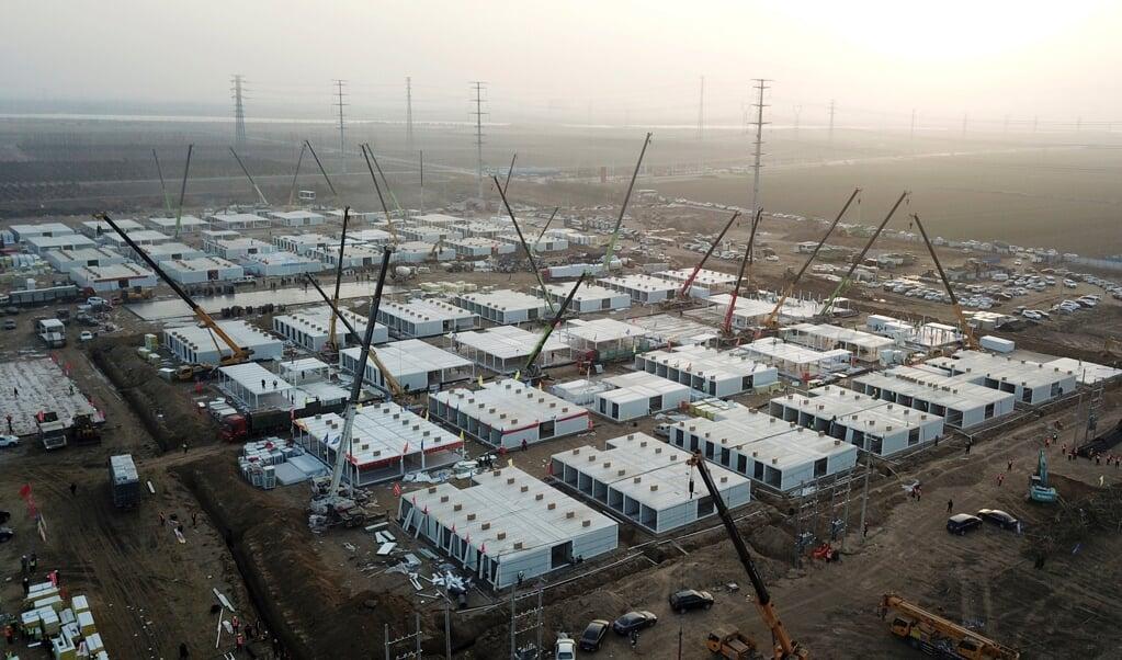 Het quarantainekamp in Hebei in aanbouw.  (beeld afp)