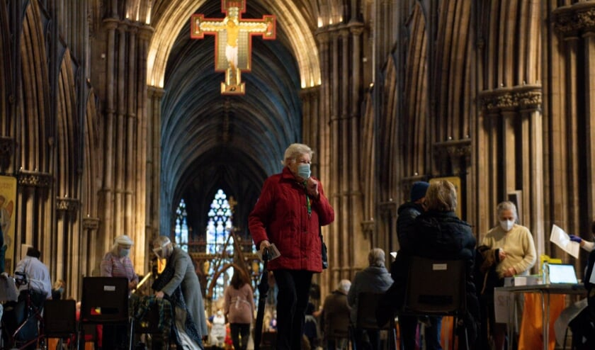 Members of the public at Lichfield Cathedral, Staffordshire, to receive the Oxford/AstraZeneca coronavirus vaccine.  (beeld Hollandse Hoogte / PA Media )