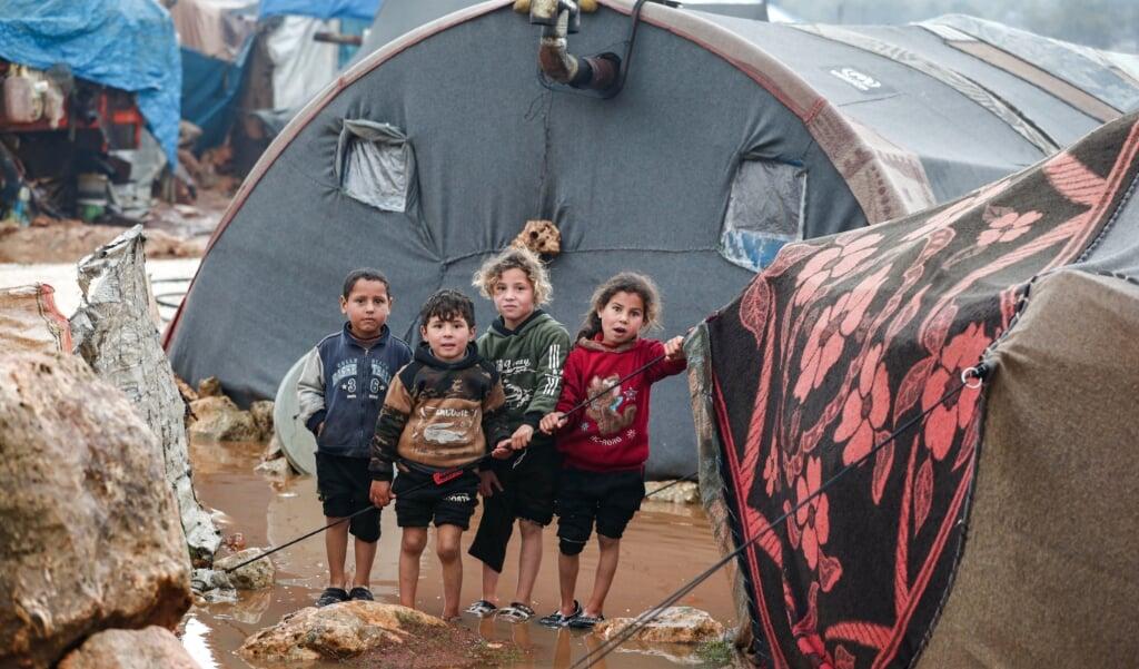 Syrische kinderen in een overstroomd vluchtelingenkamp in het Noorden van Syrië.   (beeld afp / Omar haj Kadour)