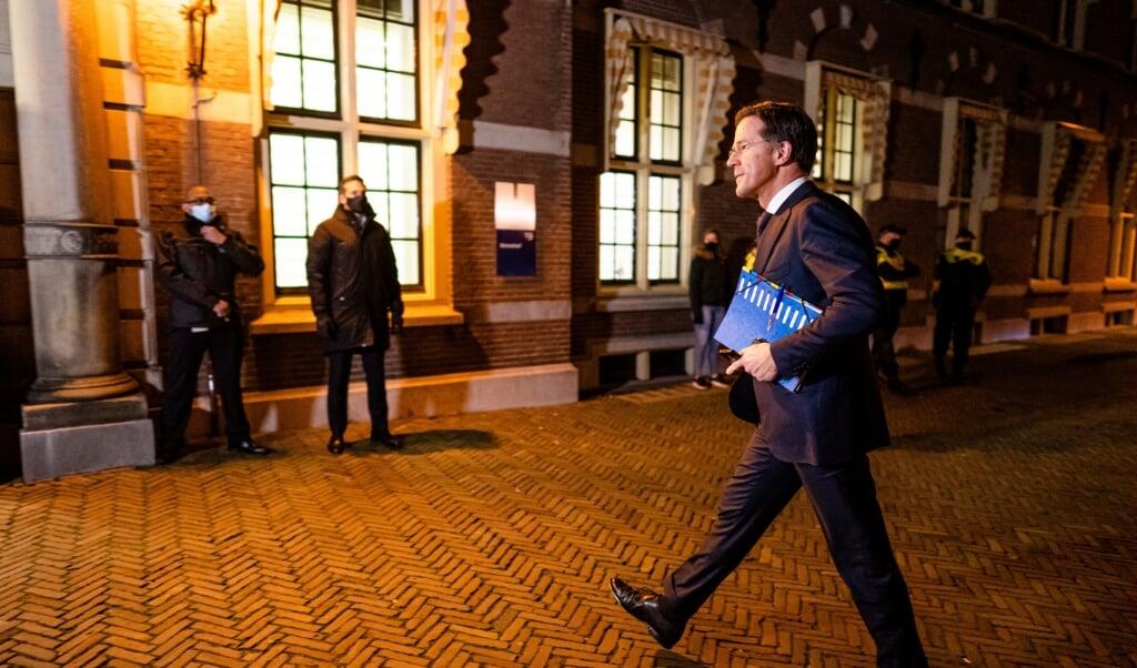 Premier Rutte komt dinsdagavond aan bij de extra ministerraad over de toeslagenaffaire. Het kabinet wil deze week reageren op het vernietigende onderzoeksrapport hierover. Het opstappen van de regering ligt hierbij op tafel.  (beeld anp / Bart Maat)