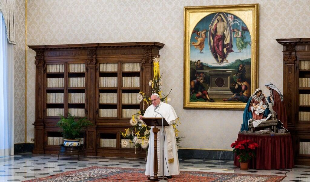 Paus Franciscus tijdens het Angelusgebed vanuit de pauselijke bibliotheek op zondag 11 januari 2021.  (beeld afp / Vatican Media)