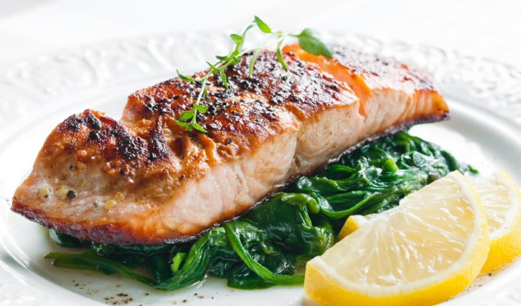 Grilled salmon with spinach, lemon and thyme  (beeld Rafal Stachura)