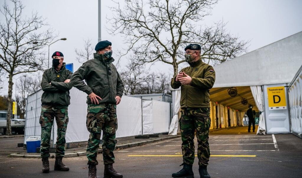 Militairen assisteren in de XL-teststraat in Eindhoven bij het uitvoeren van coronatests.  (beeld anp / Rob Engelaar)
