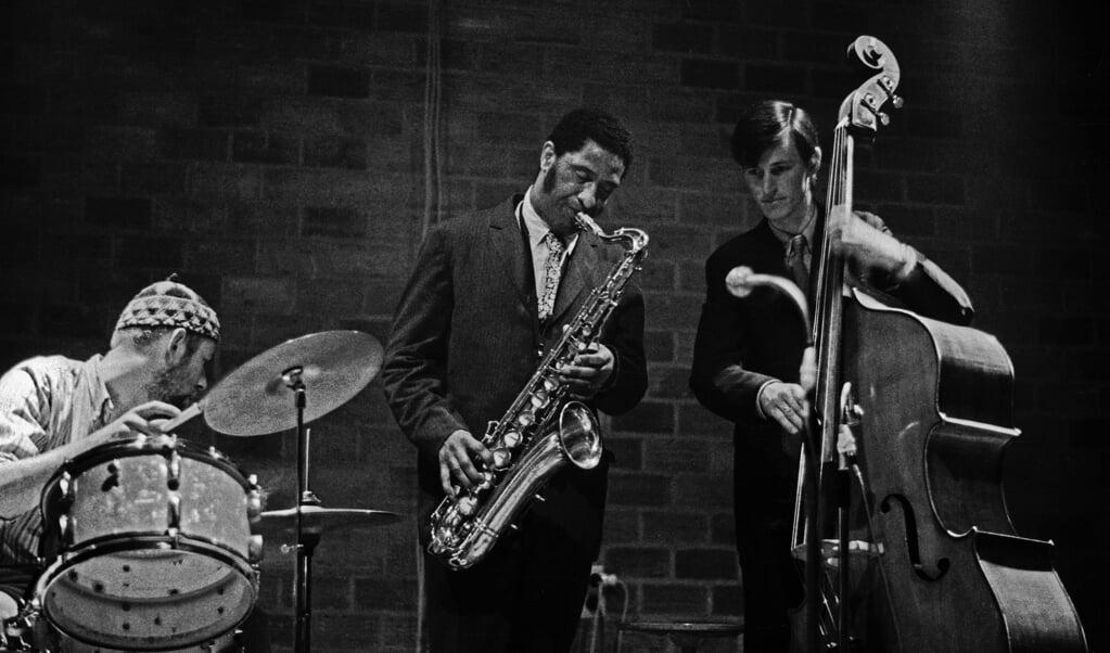 Han Bennink, Sonny Rollins en Ruud Jacobs op 3 mei 1967 in de Akademie voor Beeldende Kunst te Arnhem.  (beeld nja / Toon Fey)