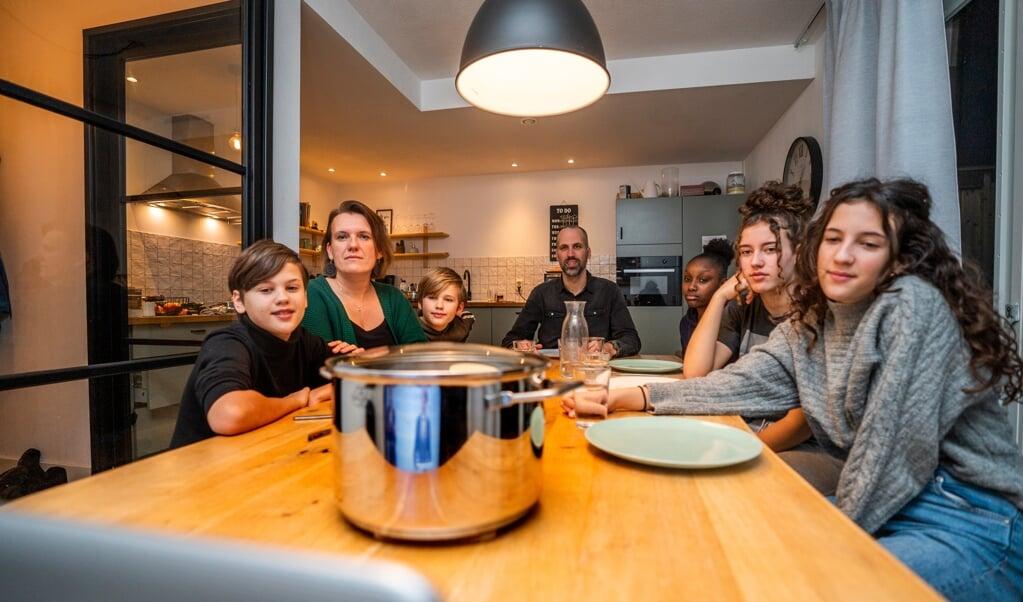 De familie Ten Brinke kijkt naar de persconferentie van Mark Rutte, afgelopen dinsdag.  (beeld Jeroen Jumelet)